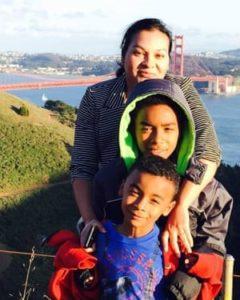 Esposa de Dewayne Johnson, Araceli, y sus dos hijos