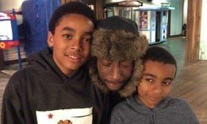 Dewayne Johnson con sus dos hijos